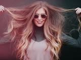 Trockenshampoo verleiht Volumen und macht die Haare griffiger. Stiftung Warentest hat geprüft, welche der Puder am besten sind.