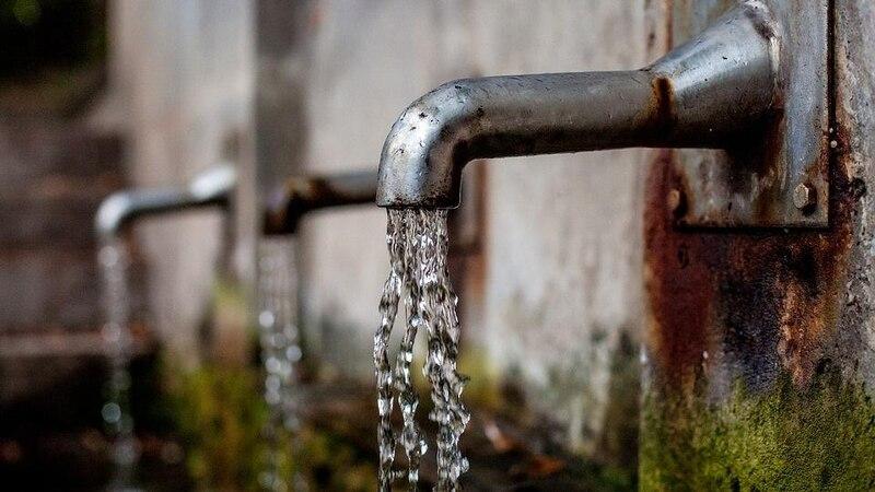 Eine zu hohe Eisenkonzentration erkennen Sie an einer Braunfärbung des Wassers.