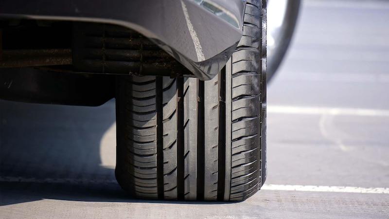 Lassen Sie den Schaden durch einen Nagel im Reifen von einem Fachmann beheben.