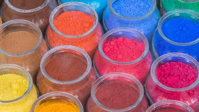 Epoxidharzboden selber machen - färben Sie das Epoxidharz ein oder verzieren Sie es mit dekorativen Elementen.