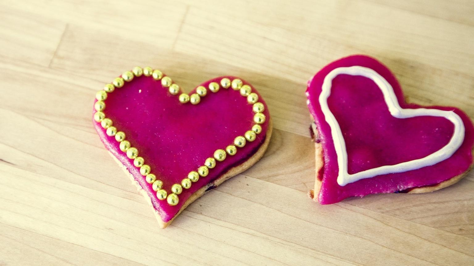 Ein süßes Last-Minute-Geschenk zum Valentinstag selber machen: bunt verzierte Herzen zum Naschen.