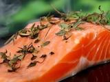 Lebensmittel wie Lachs können gegen Bauchfett helfen.