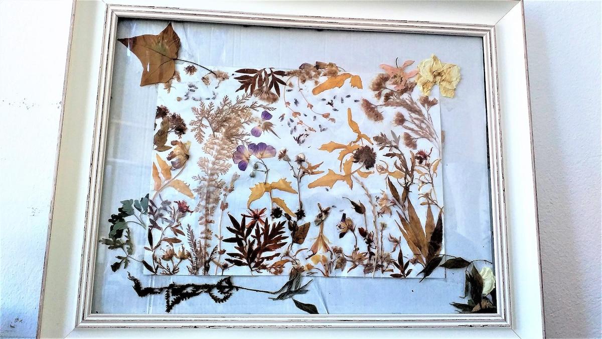Küchendeko: DIY-Collage im Vintage-Look mit getrockneten Blüten und Blättern.