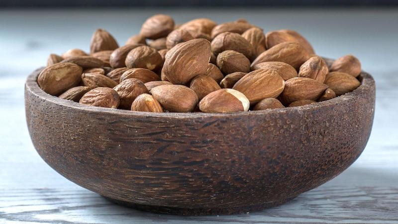Brot im Topf backen: Kerne wie Mandeln oder Nüsse vorher quellen lassen
