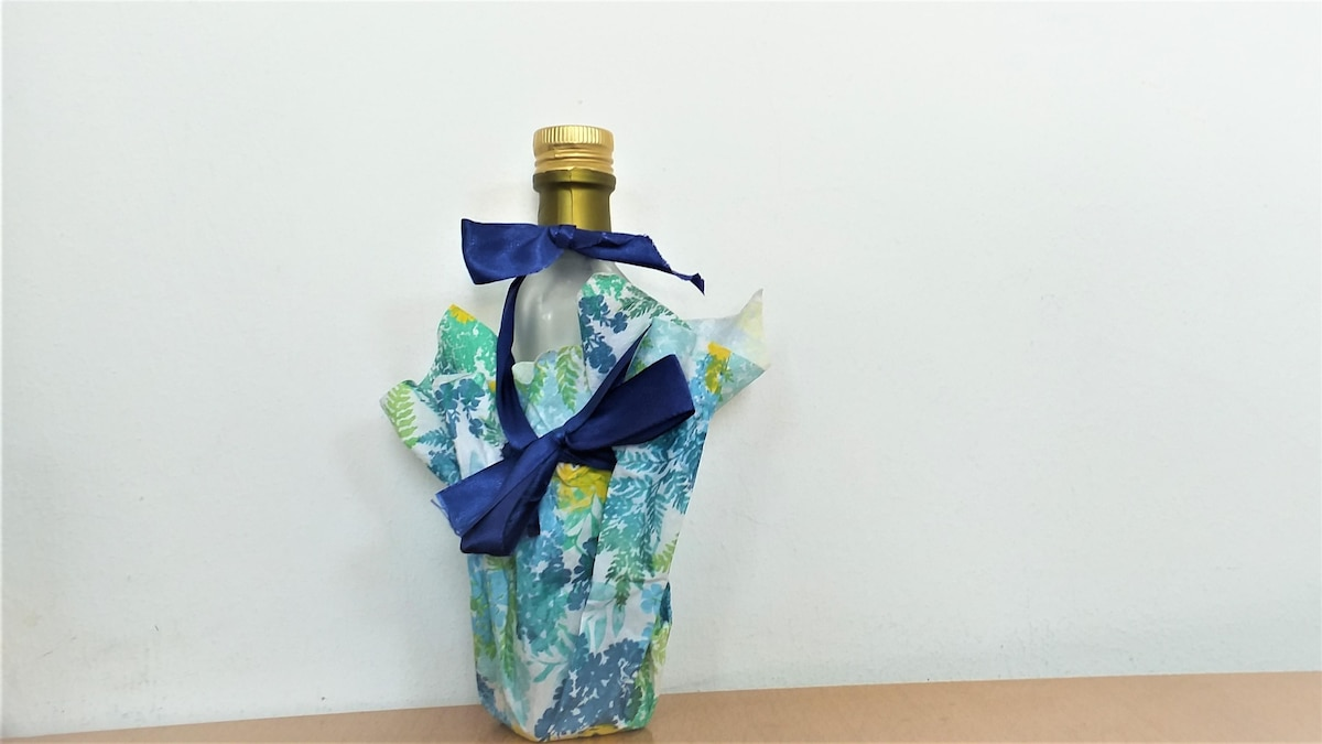 So könnte Ihre verpackte Flasche in einer Serviettenhülle aussehen.