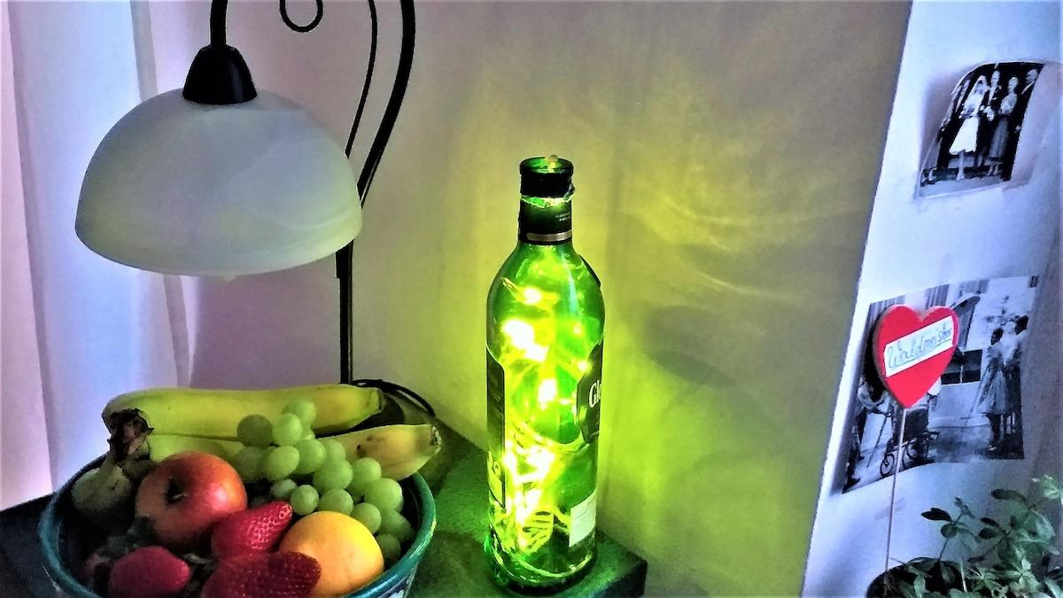 Selbstgemachte Küchenbeleuchtung aus einer alten Whiskeyflasche und einer Lichterkette.