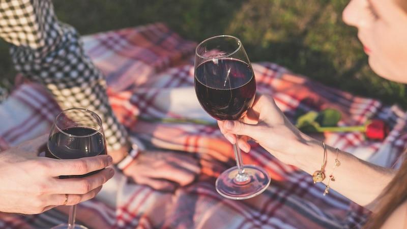 Bei Rotwein können die Smyptome einer Alkohol-Allergie besonders stark sein, da Rotwein vermehrt Sulfite enthält.