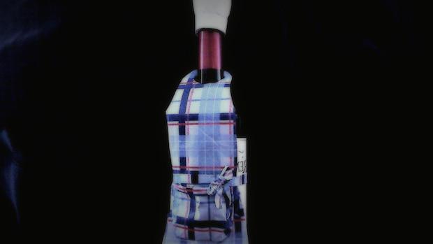 Verkleiden Sie eine Flasche mit einer Kochmütze und einer Schürze aus Papier oder Stoff.