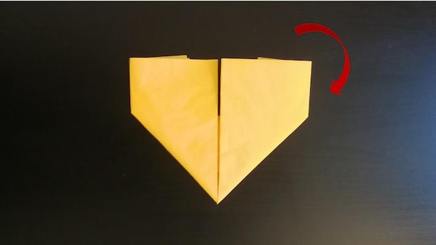 5) Drehen Sie die Serviette einmal um, damit Sie die bisher dem Tisch zugewandte Seite sehen