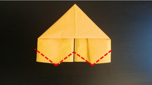 6) Falten Sie jeweils die Ecken der Rechteck-förmigen Teile zur Mitte hin. Auch hier sollte etwa ein 45 Grad Winkel eingehalten werden
