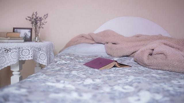 Gegen Schlaflosigkeit in den Wechseljahren hilft vor allem eine gute Schlafhygiene.