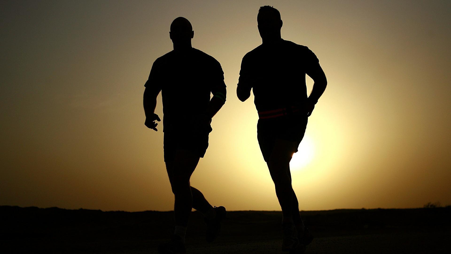 Symptome des Roemheld-Syndroms sind unangenehm. Mit viel Bewegung und guter Ernährung können Sie diese aber beheben.