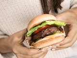 Vegane Burger sind aktuell im wahrsten Sinne des Wortes in aller Munde: Im Bild ein Exemplar von Beyond Meat.