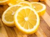 Raumduft selber machen: Zitronenscheiben vertreiben störende Gerüche