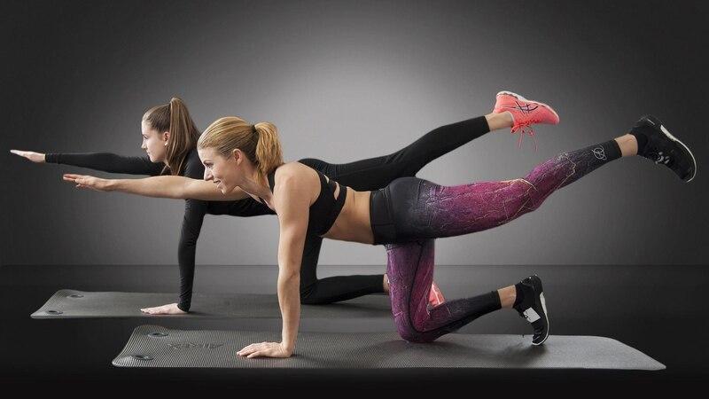 Auch wenn Sie hauptsächlich Bauch, Beine und Po trainieren möchten, ist es sinnvoll, auch Arm- und Rückenübungen in Ihr Workout einfließen zu lassen.
