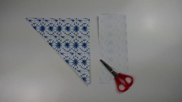 Falten Sie ein Dreieck und schneiden Sie das überstehende Ende ab.