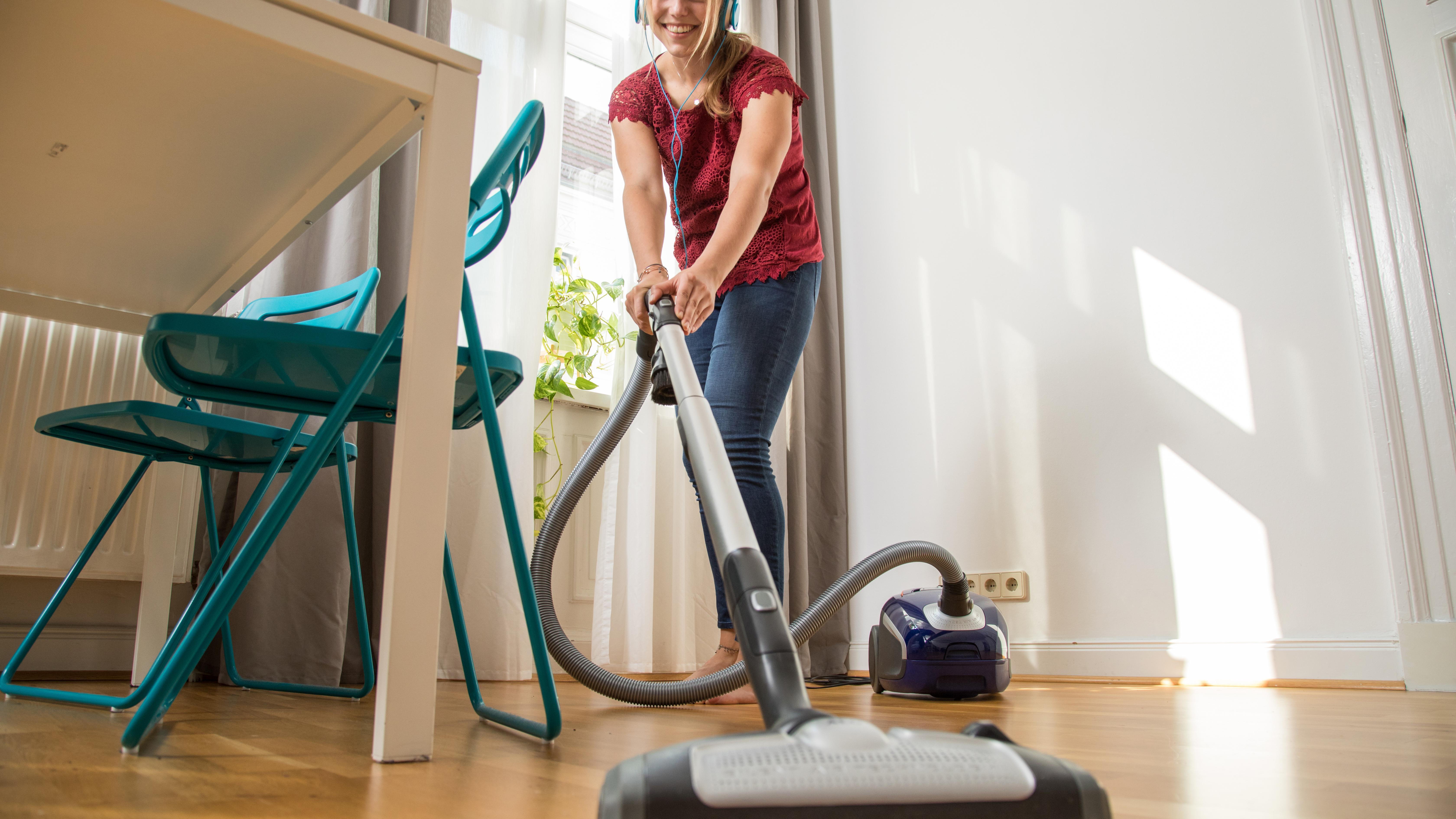 Statt nass zu wischen kann auch den Boden saugen ad hoc helfen.