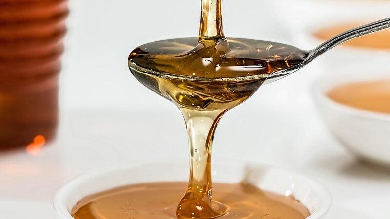 Veganer können Honig essen, können diesen aber auch durch andere Produkte ersetzen.