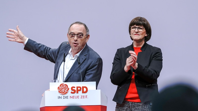 Die SPD-Politiker Saskia Esken (r.) und Norbert Walter-Borjans