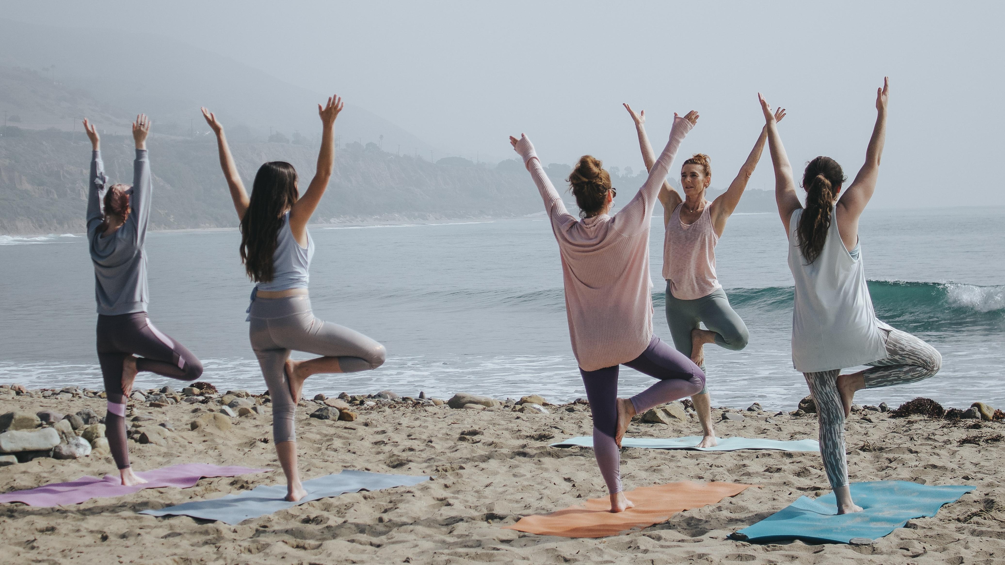 Die Brücke aus dem Stand zu lernen ist eine gute Aufwärmübung für die nächste Yogastunde