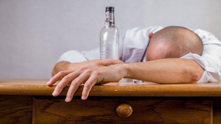 Sorgen Sie am nächsten Tag für ausreichend Wasser, Salze und Mineralien, um schneller nüchtern zu werden.