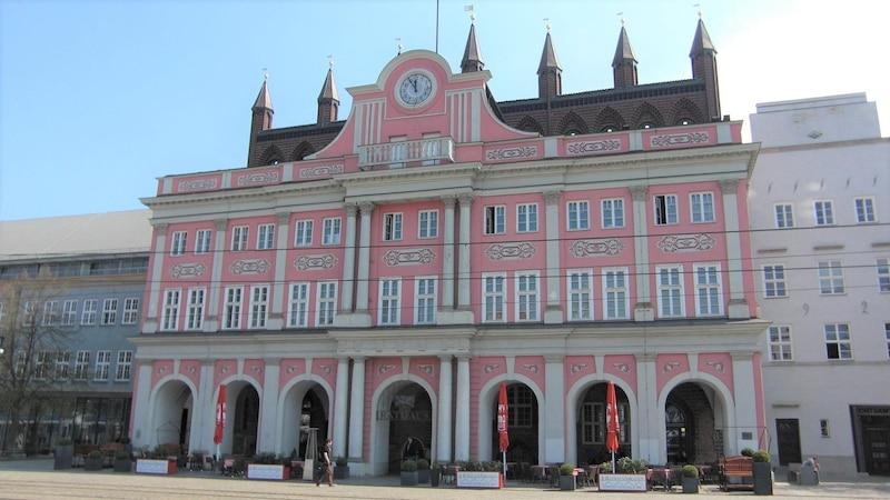 Sehenswürdigkeiten in Rostock: Besuchen Sie das historische Rathaus in der Innenstadt