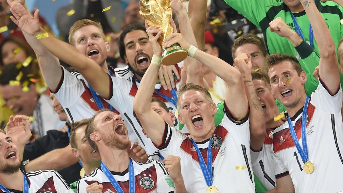 Weltmeister 2014: Schweinsteiger reißt den Pokal hoch