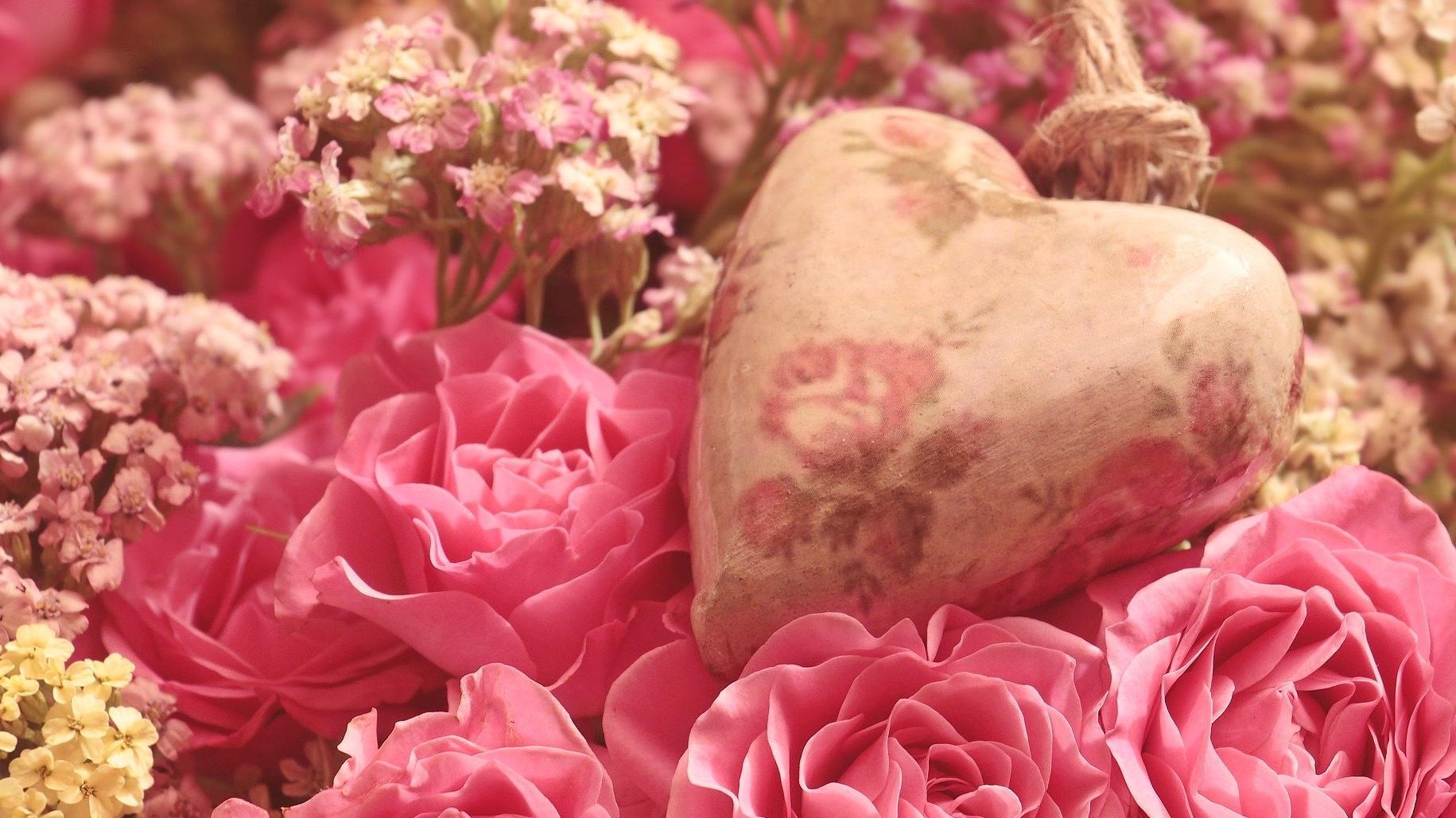 Blumenarrangements sind eine schöne Idee für Verliebte am Valentinstag.