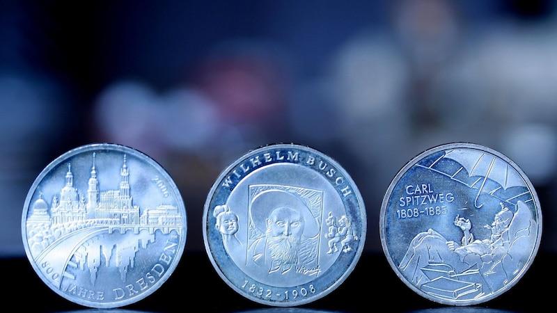Drei Jubiläumsmünzen.