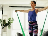 Gymnastikbänder, auch Therabänder genannt, lassen sich in der Regeneration und im Kraftaufbau auch zu Hause verwenden.