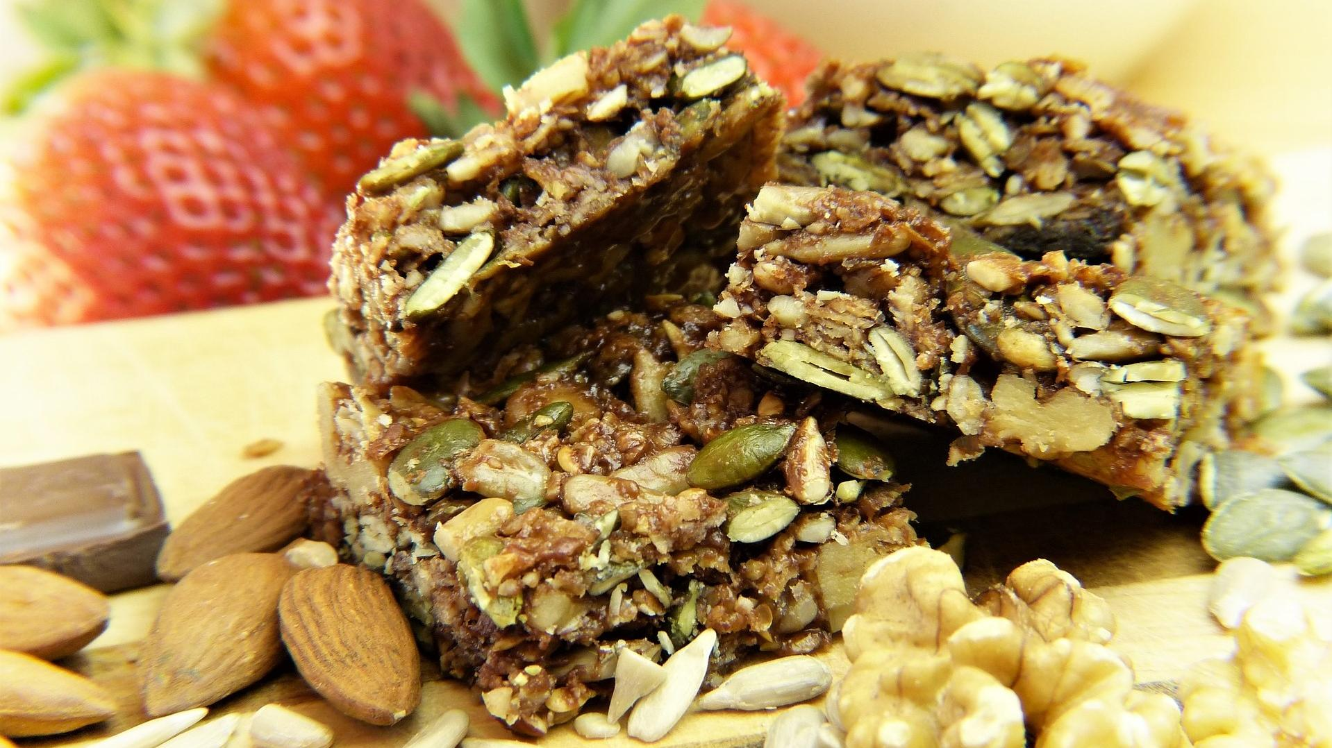 Zuckerfreie Snacks: Bereiten Sie gesunde Müsliriegel unkompliziert selbst zu