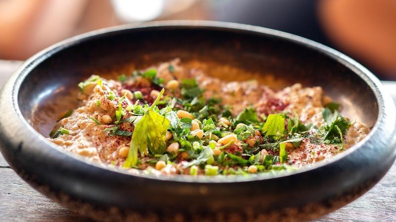 Das traditionelle Dal Rezept lässt sich durch die Zugabe von Gewürzen, Gemüse oder Fleisch beliebig variieren.