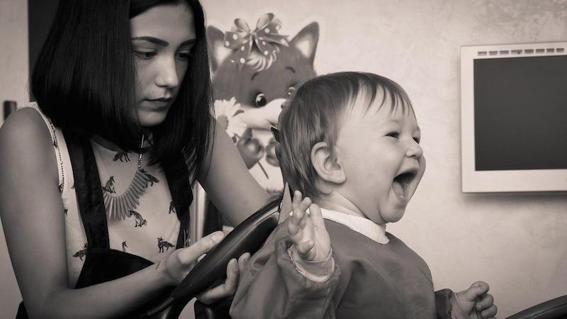 Dem Baby die Haare schneiden: Egal ob Sie selber zur Schere greifen oder den Friseur Hand anlegen lassen, es gibt einige Dinge, die Sie beim ersten Haarschnitt Ihres Kindes beachten sollten.