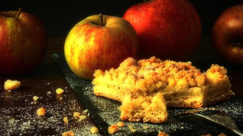 Saftiger Apfelkuchen mit Pudding: Rezept für Springform und Blech