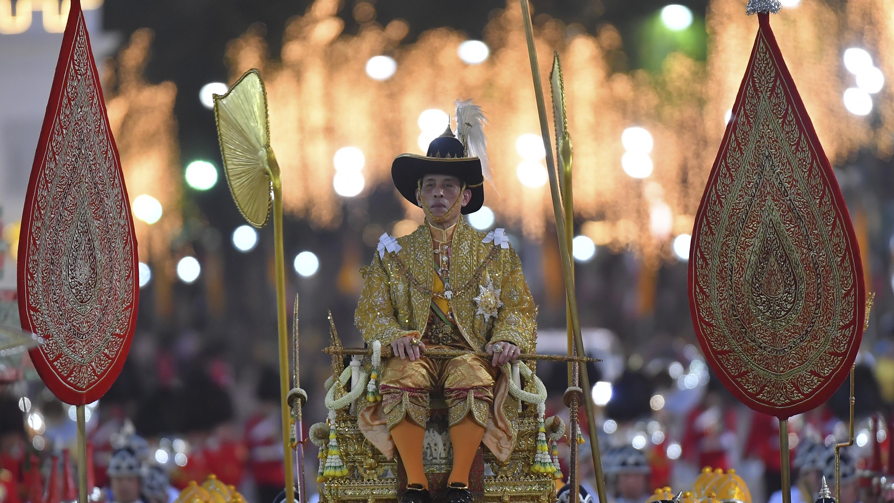 Bei seiner Krönung ließ sich Rama X. auf einer Sänfte durch die Stadt getragen, wer nicht niederkniete bekam Stockhiebe