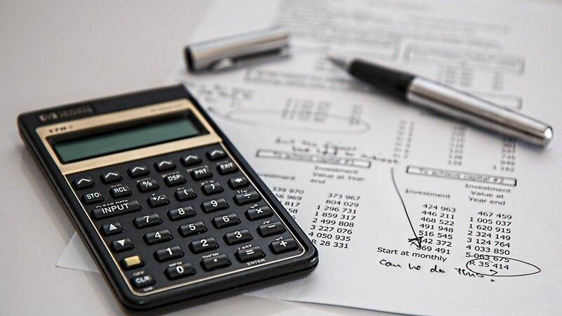 Eine Firma zu gründen bringt Kosten mit sich, zum Beispiel für den Notar