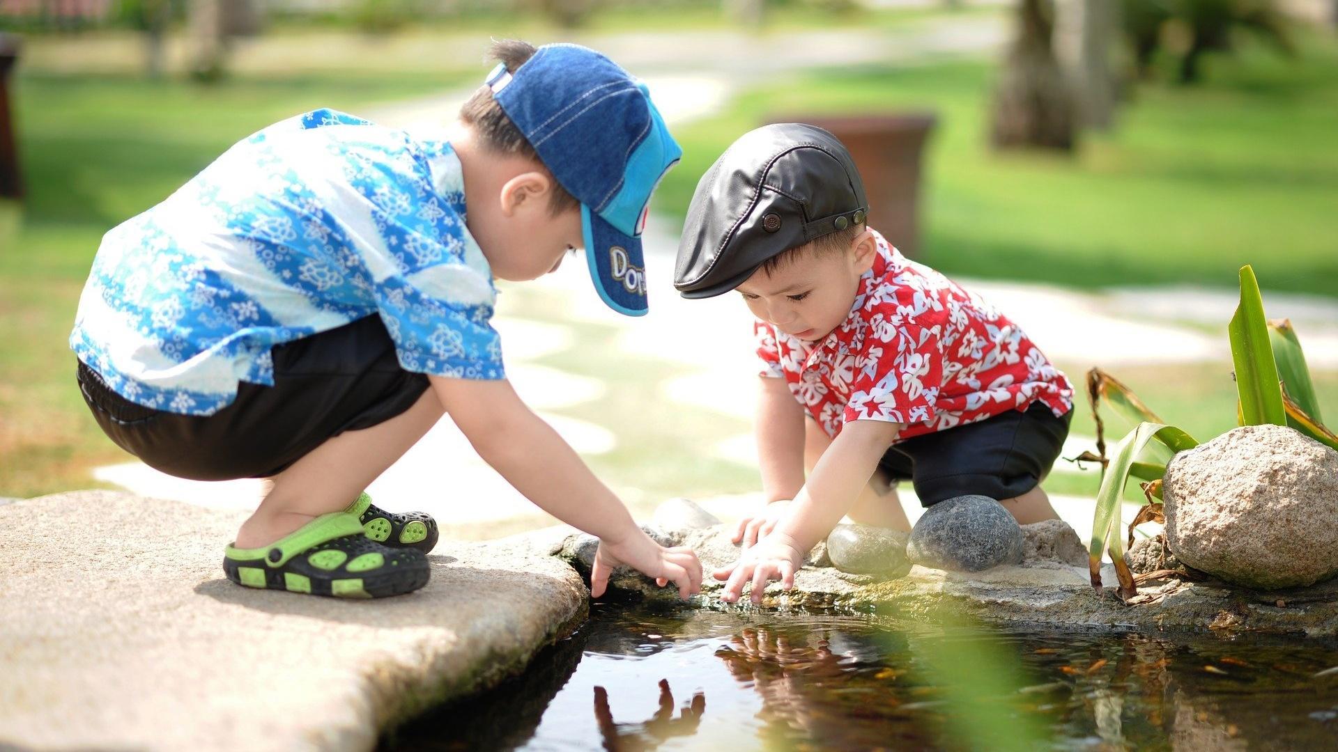Kinder draußen beschäftigen: 5 Spielideen