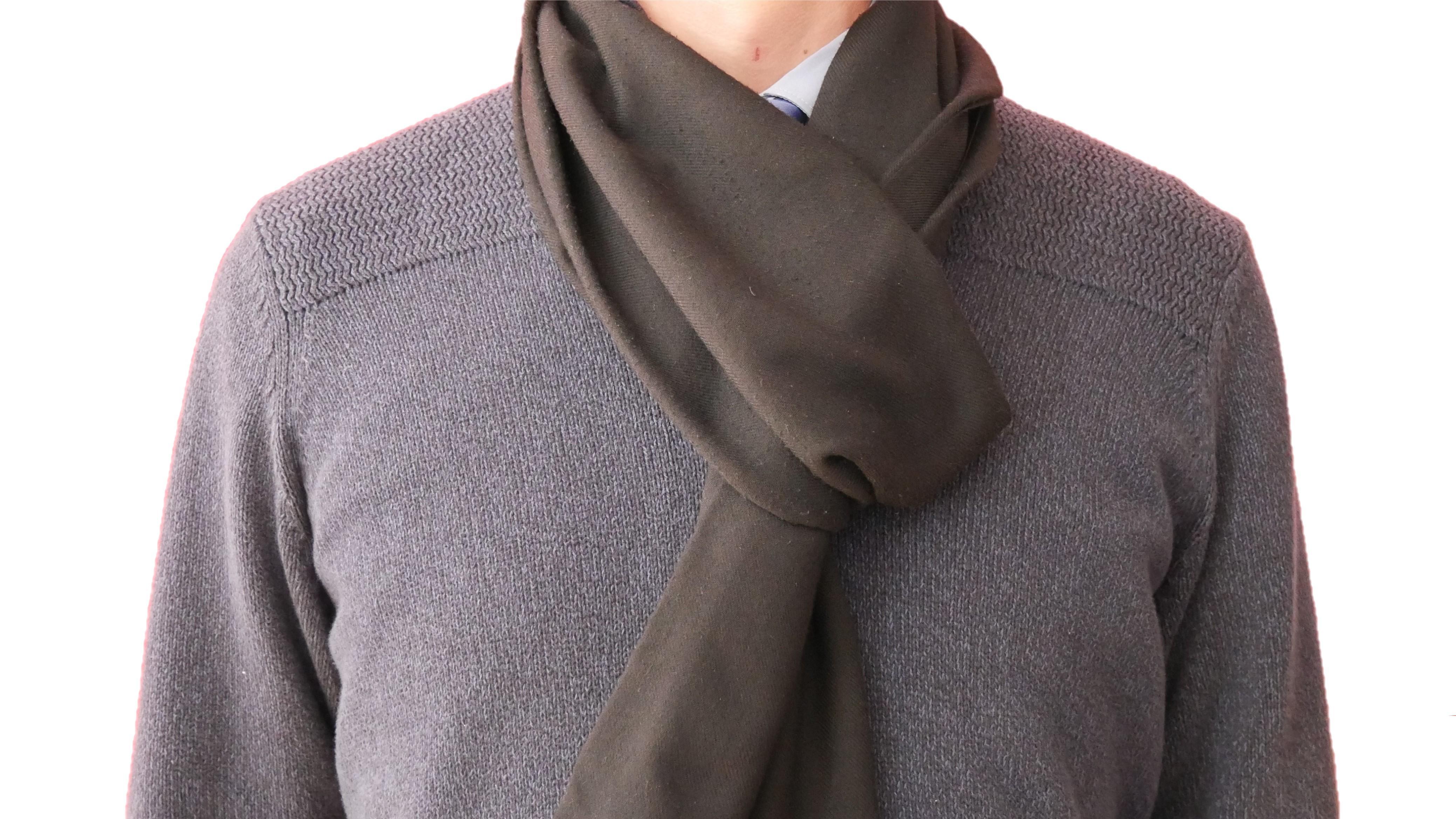Als Mann können Sie Ihren Schal zur lässigen Schlaufe binden.