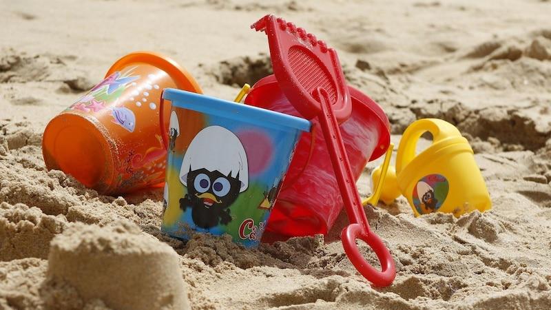 Zum perfekten Sandspielzeug gehören Eimer, Schaufel und Rechen.