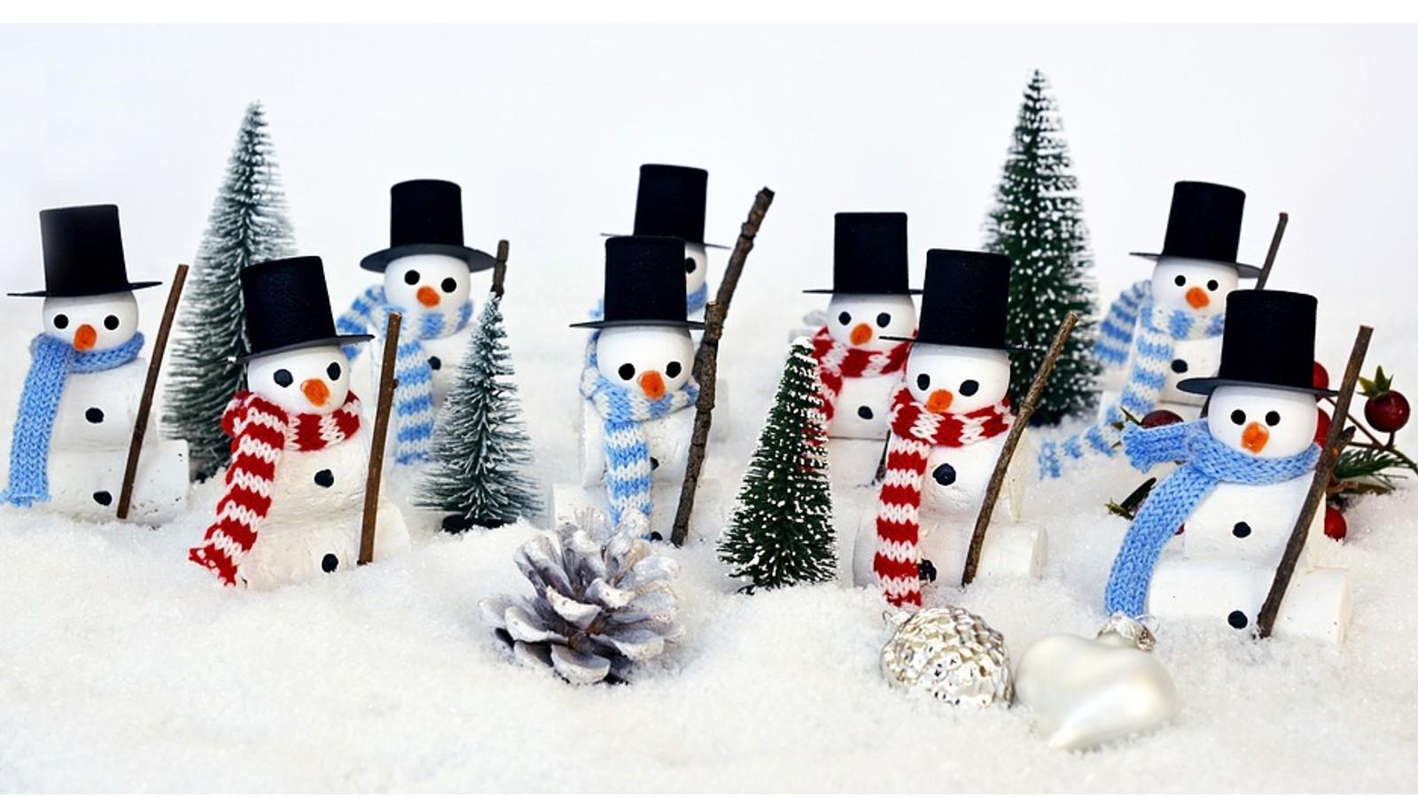 Basteln Sie schönen Weihnachtsbaumschmuck mit Kindern, aus Tannenzapfen oder Styroporkugeln.
