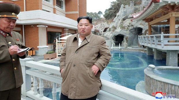 Der Diktator lässt Thermalbäder errichten und schaut medienwirksam auf der Baustelle vorbei.