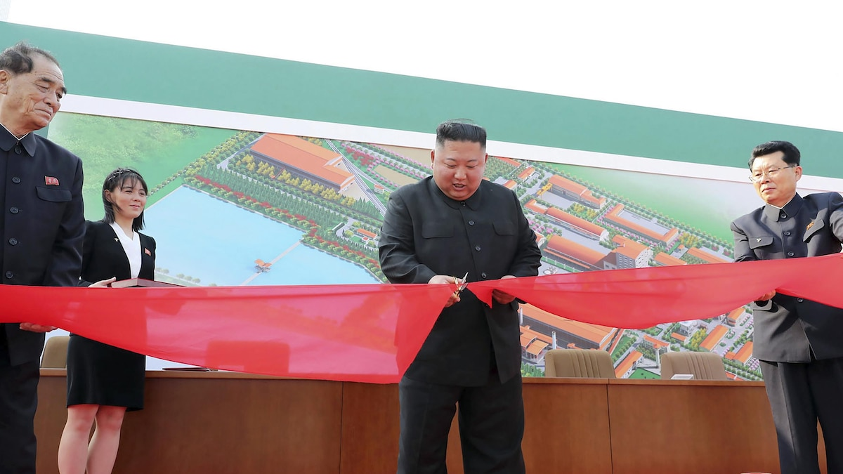 Im April 2020 war Kim Jong-Un wochenlang von der Bildfläche verschwunden. Gerüchte über den Gesundheitszustand kochten hoch. Am 1. Mai 2020 veröffentlichte das Land ein Foto, das Kim Jong-Un bei einem Besuch einer Düngemittelfabrik zeigen soll.