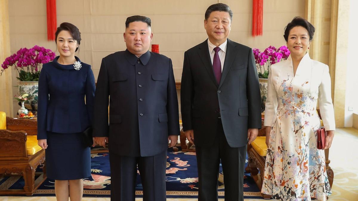 Ri Sol-Ju (l.) begleitet ihren Mann auch bei politischen Gipfeltreffen, wie hier beim Besuch von Chinas Präsident Xi Jinping (2.v.r.) in Peking
