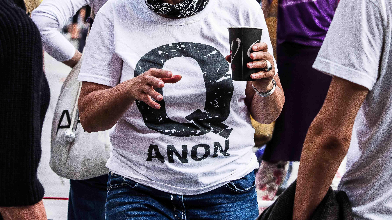 QAnon-Anhängerin bei einer Demonstration