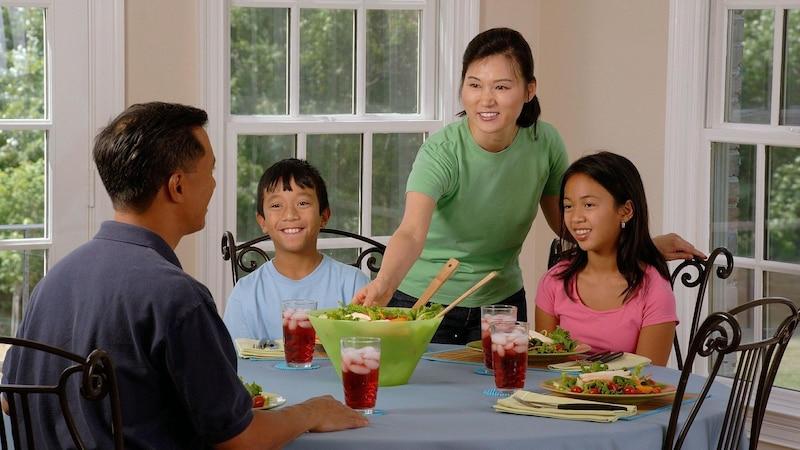 Intuitiv essen ist erlernbar, bedeutet Essen mit Genuss und konzentriert sich ausschließlich auf die Nahrungseinnahme.