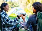 Bequem draußen sitzen: Der praktische Begleiter beim Campen oder auf Festivals ist der Campingstuhl.
