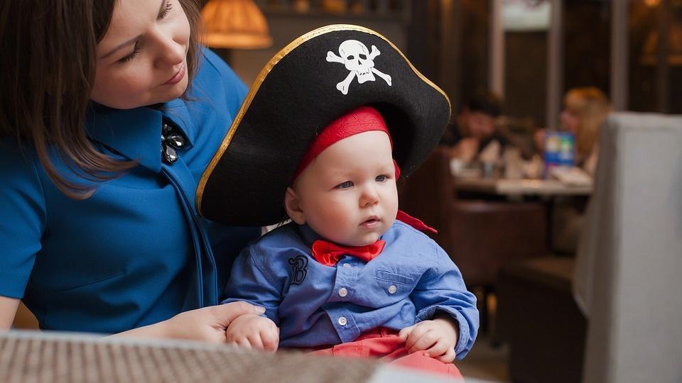 Mit einfachen Mitteln und unseren Tipps können Sie Ihr Kind als Pirat schminken.