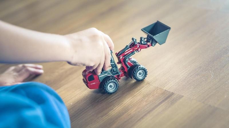 Stellen Sie Spielzeug als Kinderbeschäftigung auf Ihrer Hochzeit zur Verfügung.
