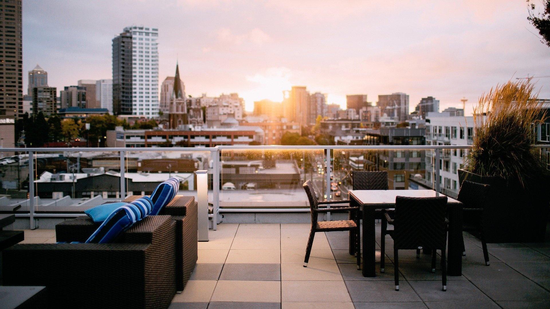 Bei der Gestaltung des Bodenbelags für eine Dachterrasse kann aus verschiedenen Materialien gewählt werden.