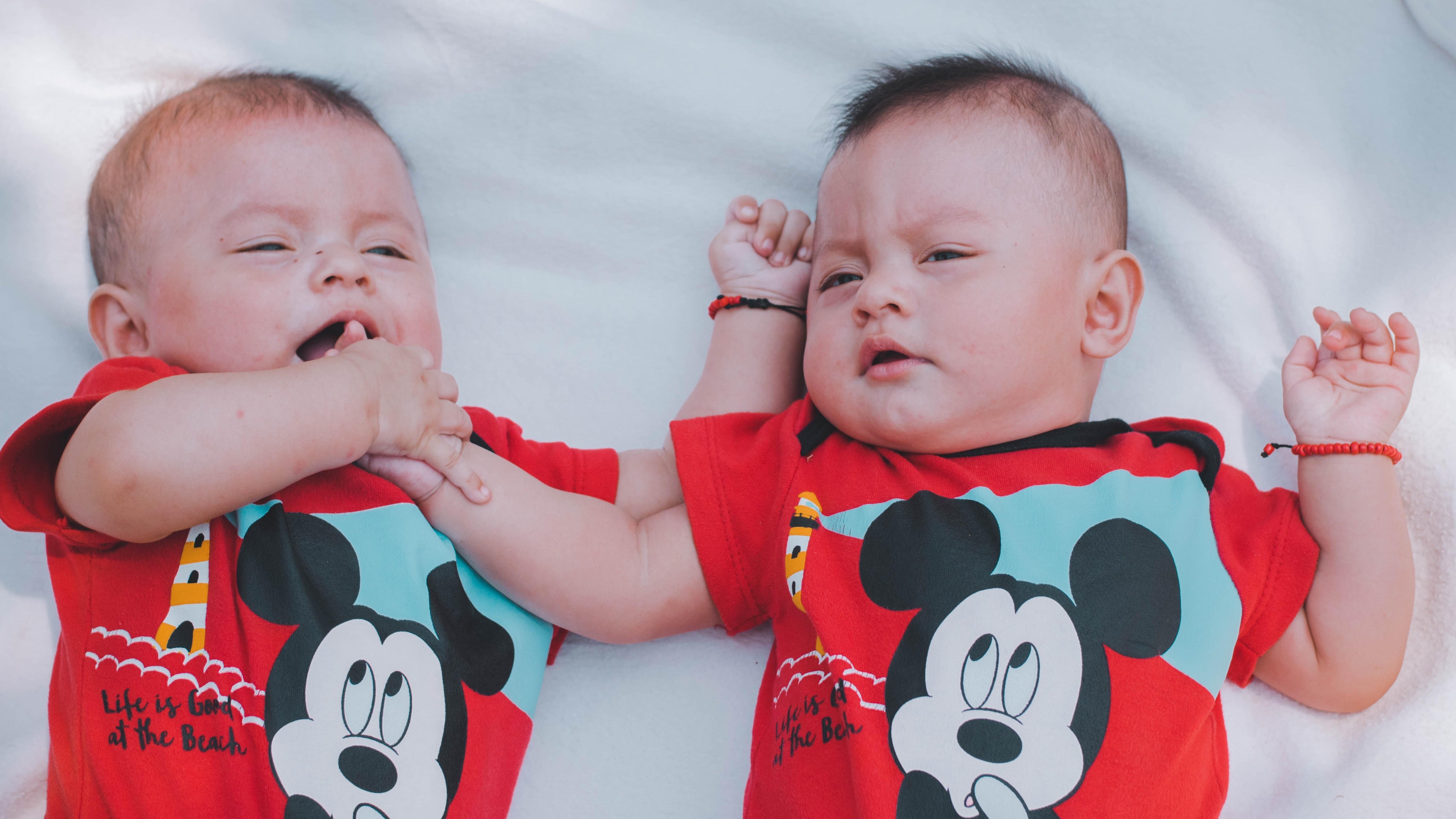 Zwillinge liegen hintereinander - wie lange sich ein Zwilling verstecken kann